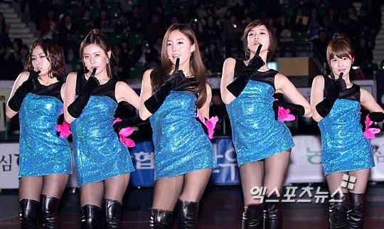 10 pha tranh cãi vì mặc khiêu khích của nữ ca sỹ Hàn - 3