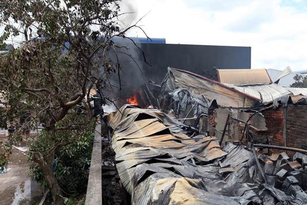 Cháy lớn cụm công nghiệp tại Long An - 2