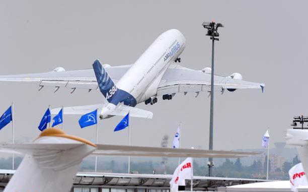 """Chiêm ngưỡng dàn máy bay hiện đại """"múa lượn"""" ở Paris - 19"""