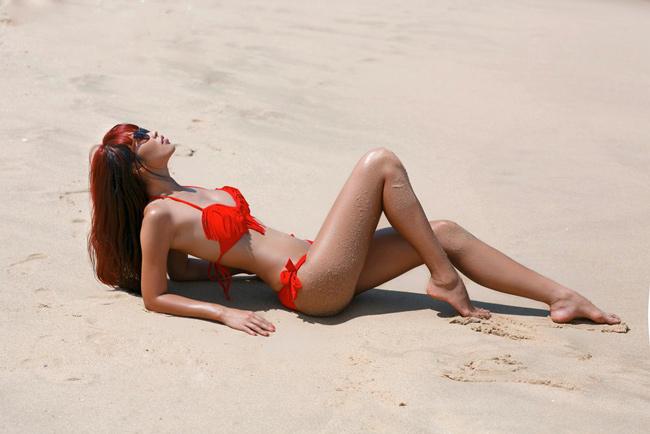 Hà Anh khoe thân hình săn chắc trên bãi cát.