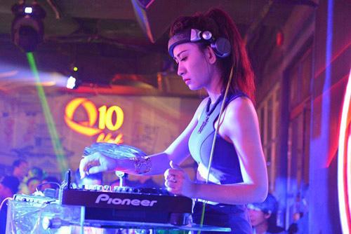 Hương Tràm 'hát sung, nhảy bốc' trên sân khấu Q10 - 12