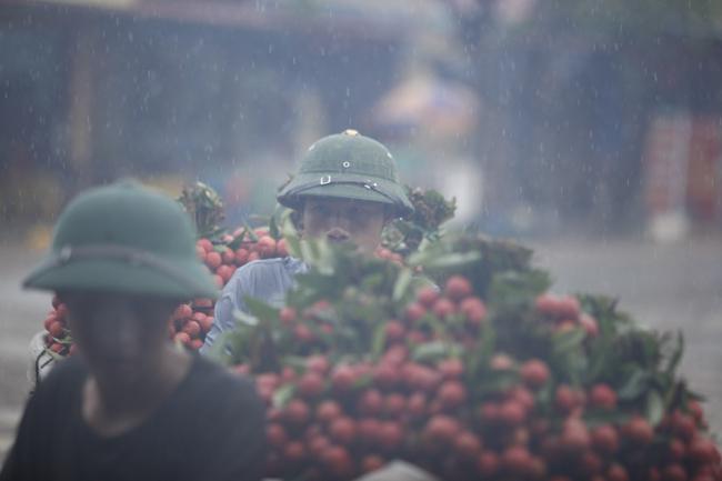 Dân Bắc Giang đội nắng, dầm mưa đi bán vải - 5