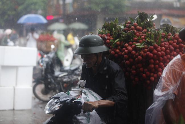 Dân Bắc Giang đội nắng, dầm mưa đi bán vải - 6