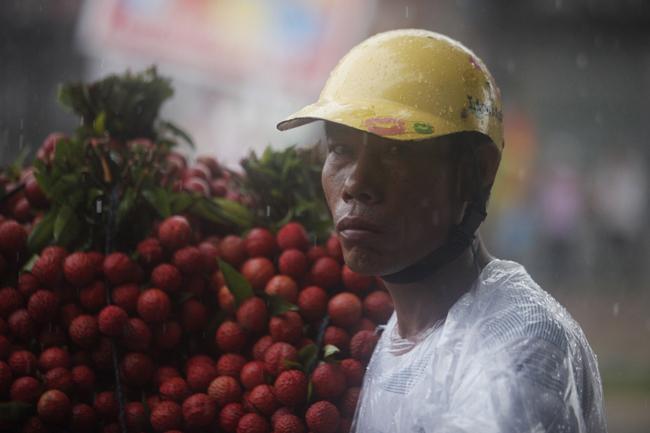 Dân Bắc Giang đội nắng, dầm mưa đi bán vải - 7