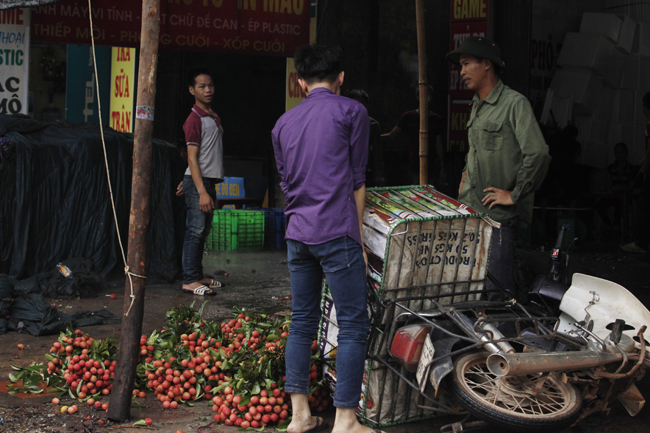 Dân Bắc Giang đội nắng, dầm mưa đi bán vải - 11