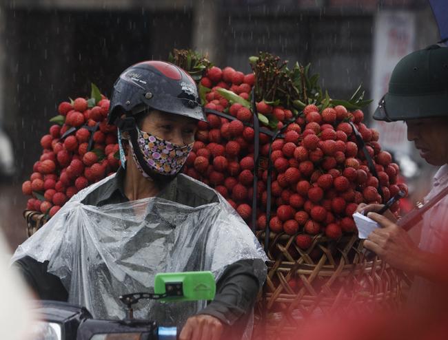 Dân Bắc Giang đội nắng, dầm mưa đi bán vải - 9