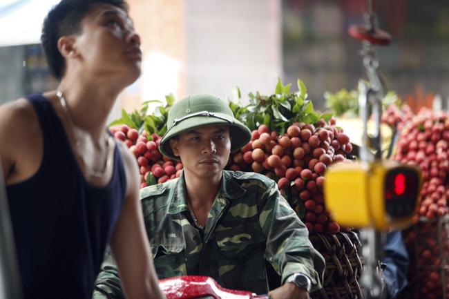 Dân Bắc Giang đội nắng, dầm mưa đi bán vải - 12