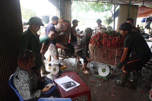 Dân Bắc Giang đội nắng, dầm mưa đi bán vải - 13