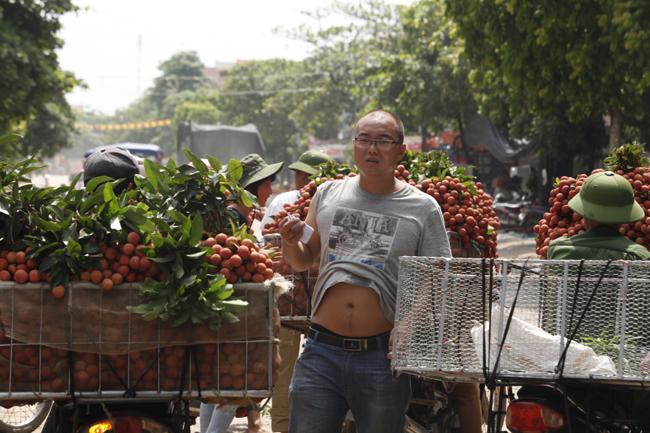 Dân Bắc Giang đội nắng, dầm mưa đi bán vải - 16