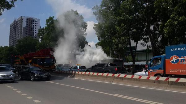Xe tải bốc cháy dữ dội, tài xế đạp cửa thoát thân - 1