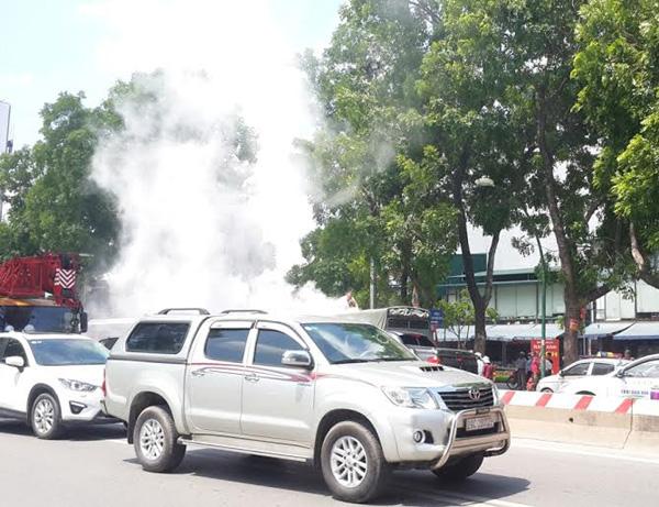 Xe tải bốc cháy dữ dội, tài xế đạp cửa thoát thân - 2