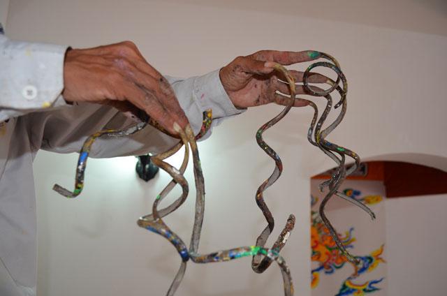 """""""Dị nhân"""" vác bộ móng 50cm đi tô rồng vẽ phượng - 2"""