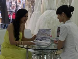 Việt Trinh gây tò mò với ảnh đi thử váy cưới