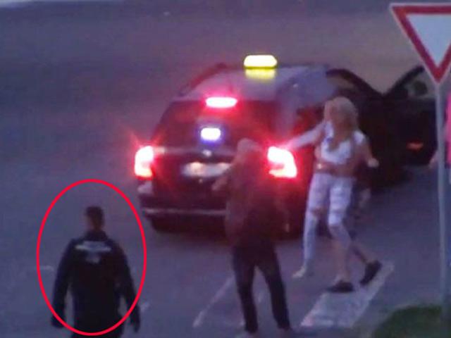 Video: Cảnh sát thờ ơ nhìn thiếu nữ bị nhét vào cốp xe - 1