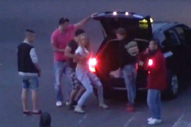 Video: Cảnh sát thờ ơ nhìn thiếu nữ bị nhét vào cốp xe - 2