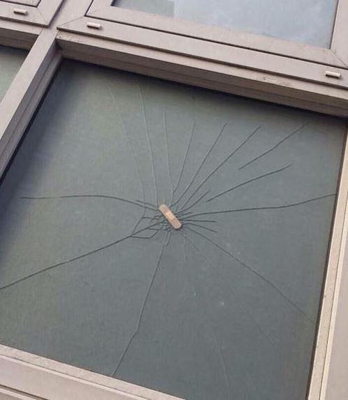 Cứu nguy tạm thời cho cửa kính vỡ bằng cách dán... băng keo cá nhân.
