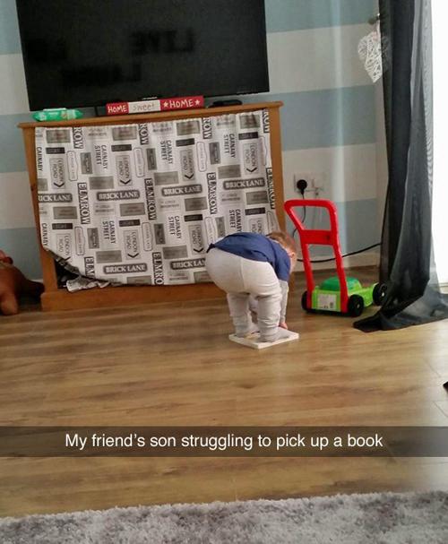 Con trai của bạn tôi đang cố lấy quyển sách dưới chân  - chứng kiến cảnh này của các em bé, nhiều bậc cha mẹ không khỏi phì cười.