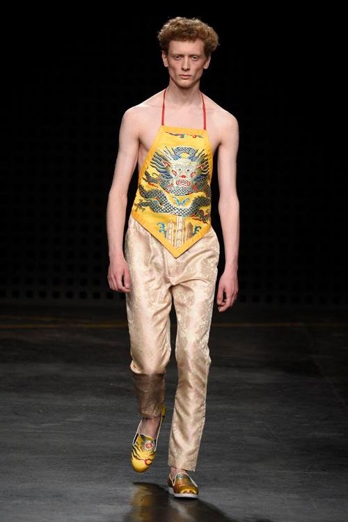 Áo yếm nữ gây sốc trên sàn diễn thời trang nam - 2