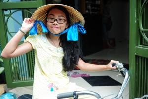 Phương Mỹ Chi đội nón lá, đạp xe đi mua bánh