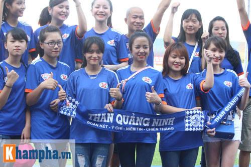 Fan nữ Quảng Ninh khoe sắc đón huyền thoại MU - 1