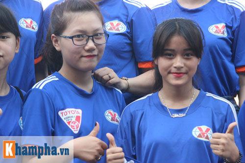 Fan nữ Quảng Ninh khoe sắc đón huyền thoại MU - 2