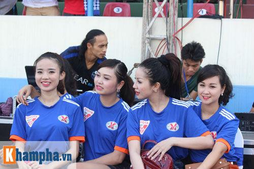 Fan nữ Quảng Ninh khoe sắc đón huyền thoại MU - 8