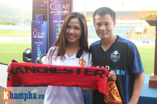 Fan nữ Quảng Ninh khoe sắc đón huyền thoại MU - 11