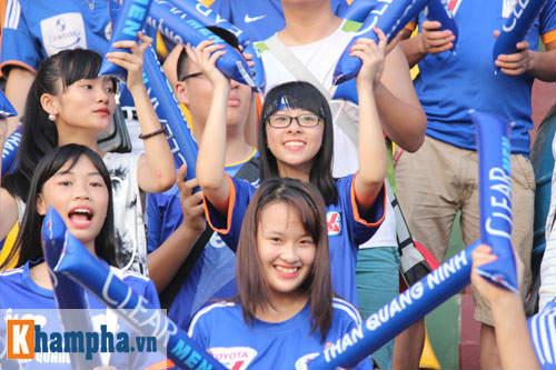 Fan nữ Quảng Ninh khoe sắc đón huyền thoại MU - 13