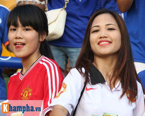 Fan nữ Quảng Ninh khoe sắc đón huyền thoại MU - 14