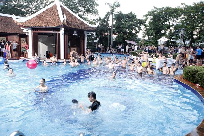 Phái đẹp Hà thành tưng bừng dự tiệc dưới nước - 1