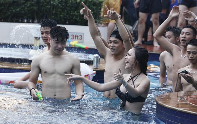 Phái đẹp Hà thành tưng bừng dự tiệc dưới nước - 5