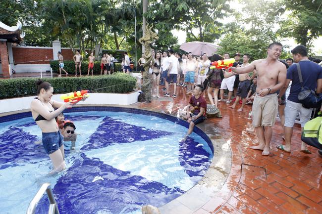 Phái đẹp Hà thành tưng bừng dự tiệc dưới nước - 10