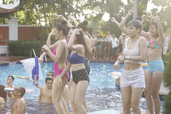 Phái đẹp Hà thành tưng bừng dự tiệc dưới nước - 14