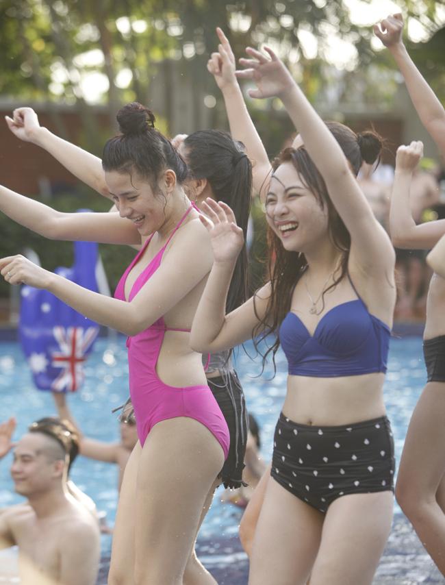 Phái đẹp Hà thành tưng bừng dự tiệc dưới nước - 15