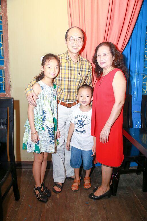 Bố mẹ chồng cũ mừng Vân Hugo lên chức bà chủ - 2