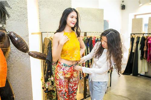 Hoa hậu Thùy Dung đẹp yêu kiều với áo yếm gấm - 2