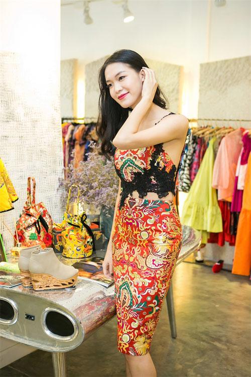 Hoa hậu Thùy Dung đẹp yêu kiều với áo yếm gấm - 3