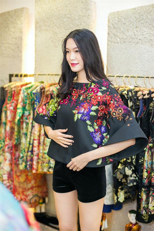 Hoa hậu Thùy Dung đẹp yêu kiều với áo yếm gấm - 6