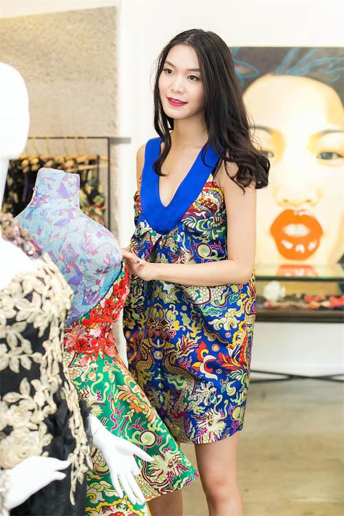 Hoa hậu Thùy Dung đẹp yêu kiều với áo yếm gấm - 4