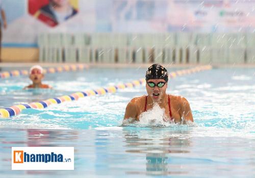 Ánh Viên trổ tài giữ thăng bằng chai nước khi bơi - 1