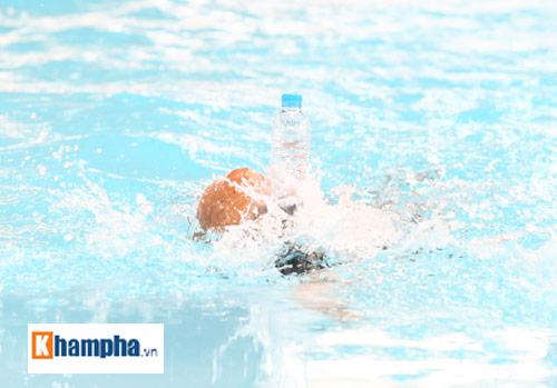 Ánh Viên trổ tài giữ thăng bằng chai nước khi bơi - 2