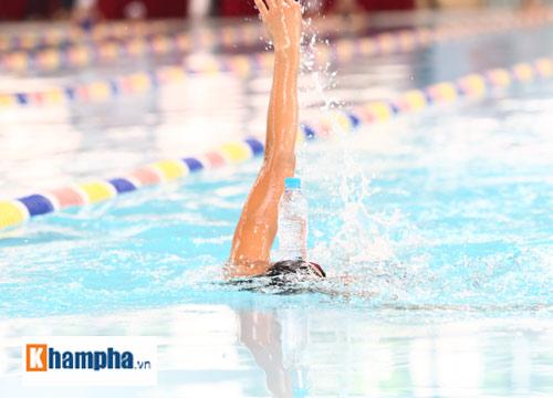 Ánh Viên trổ tài giữ thăng bằng chai nước khi bơi - 3