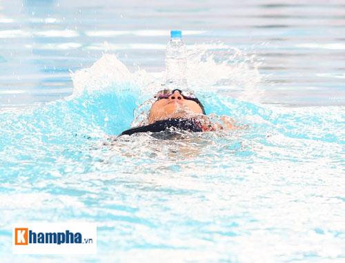 Ánh Viên trổ tài giữ thăng bằng chai nước khi bơi - 4