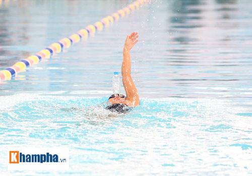 Ánh Viên trổ tài giữ thăng bằng chai nước khi bơi - 5