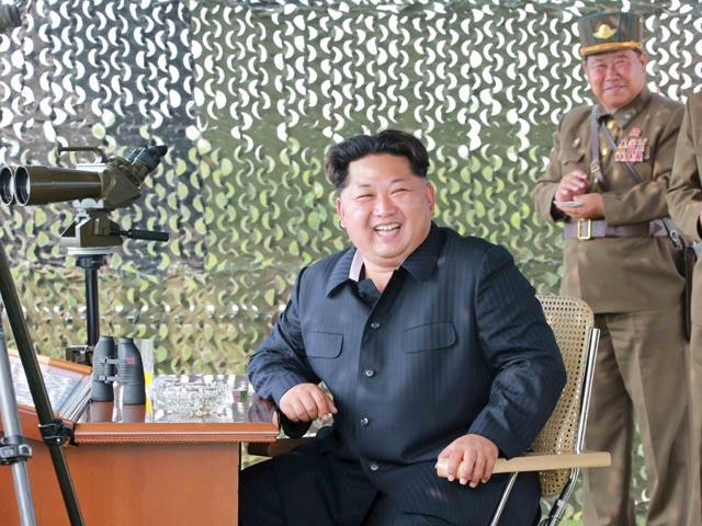 Kim Jong-un hào hứng dõi theo nữ phi công luyện tập - 1