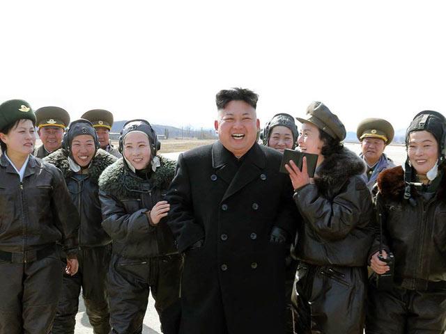 Kim Jong-un hào hứng dõi theo nữ phi công luyện tập - 2