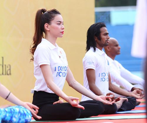 Hà Hồ rạng rỡ tập Yoga trước 3000 người - 6