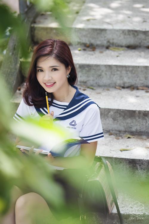 Hoa khôi SV Hà Nội đẹp tinh khôi bên trường cũ - 5