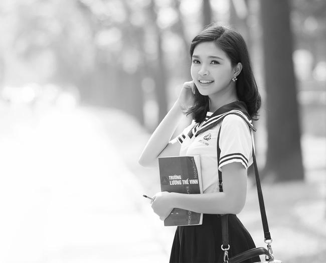 Hoa khôi SV Hà Nội đẹp tinh khôi bên trường cũ - 7
