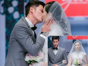 Huy Khánh hôn vợ đắm đuối trên sàn catwalk